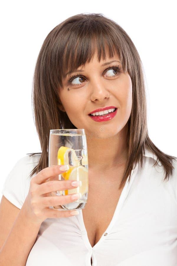 Kobiety woda pitna z cytryną zdjęcie stock