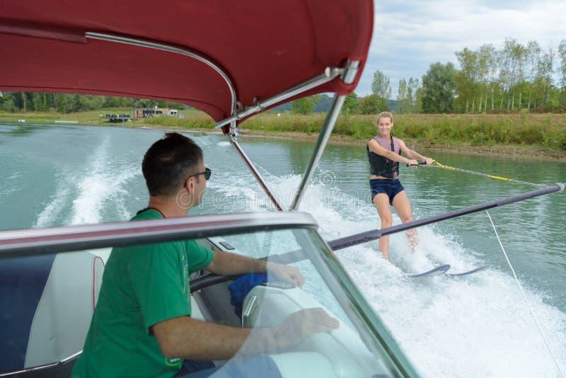 Kobiety wodnego narciarstwa mienia baru paralela łódź zdjęcie stock