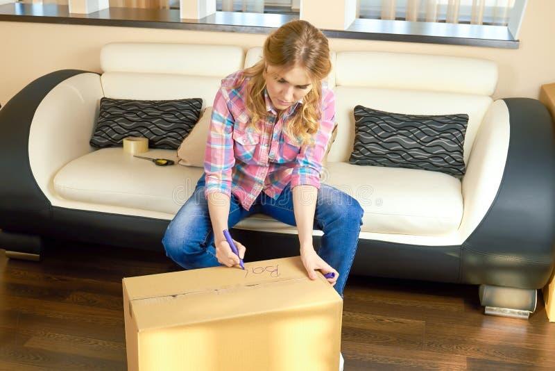 Kobiety writing na pudełku, przeniesienie obrazy royalty free