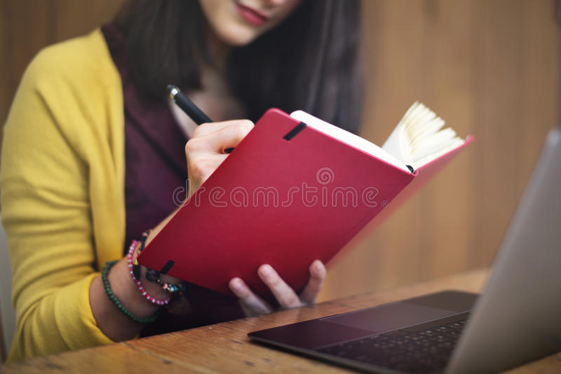 Kobiety Writing Planistyczni pomysły Pracuje pojęcie zdjęcie royalty free
