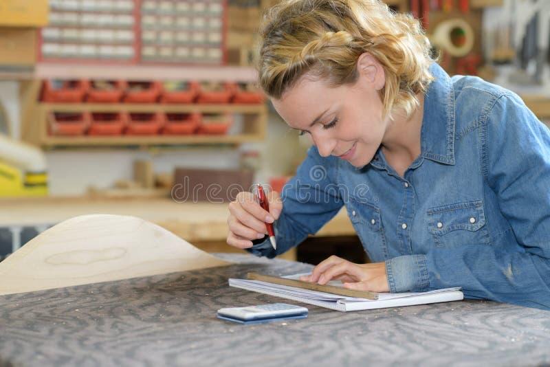 Kobiety Writing W notatniku obraz stock