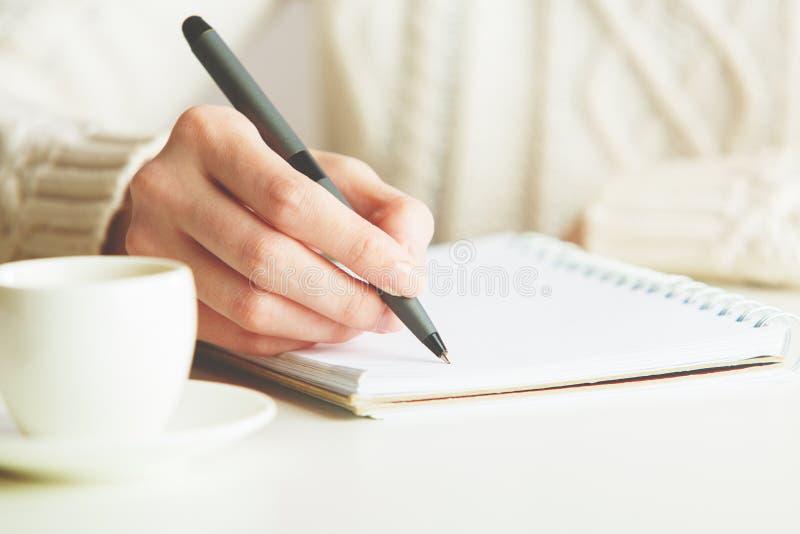 Kobiety writing w notepad zdjęcie stock