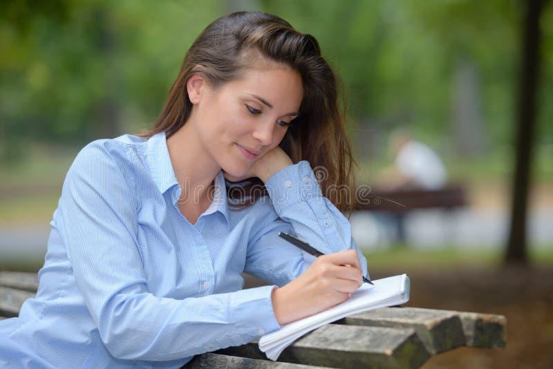 Kobiety writing w parku obraz royalty free