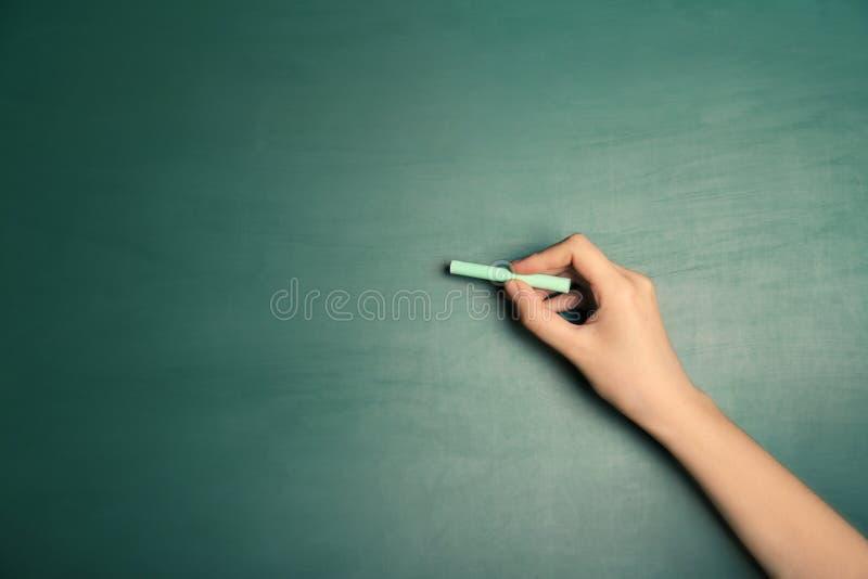 Kobiety writing z kawałkiem kreda fotografia stock