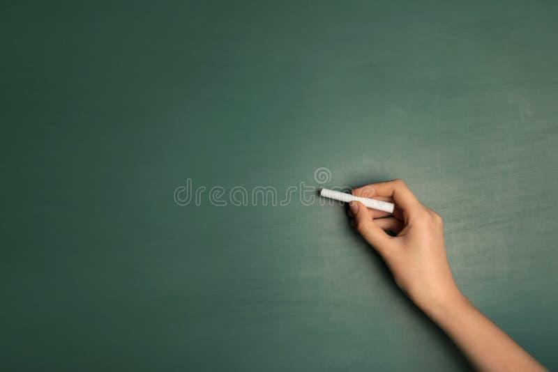 Kobiety writing z kawałkiem kreda zdjęcia stock