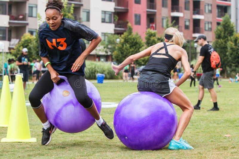 Kobiety Współzawodniczą W Pełen wigoru Balowej rasie Przy Atlanta dzień sportu fotografia stock