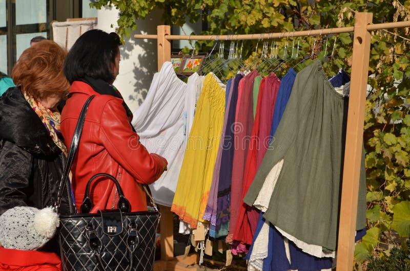 Kobiety wybiera bluzki fotografia stock