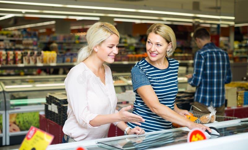 Kobiety wybiera marznącego mięso obraz stock