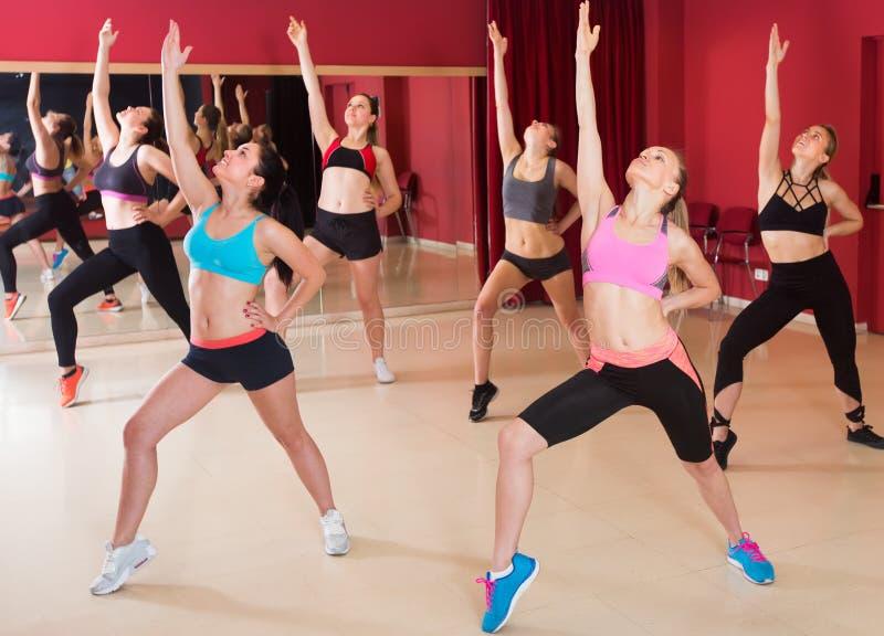 Kobiety wykonuje nowożytnego tana w sprawności fizycznej studiu obraz royalty free