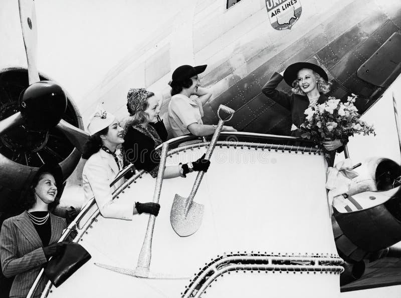 Kobiety wysyła z przyjaciela abordażu samolotu (Wszystkie persons przedstawiający no są długiego utrzymania i żadny nieruchomość  zdjęcia stock
