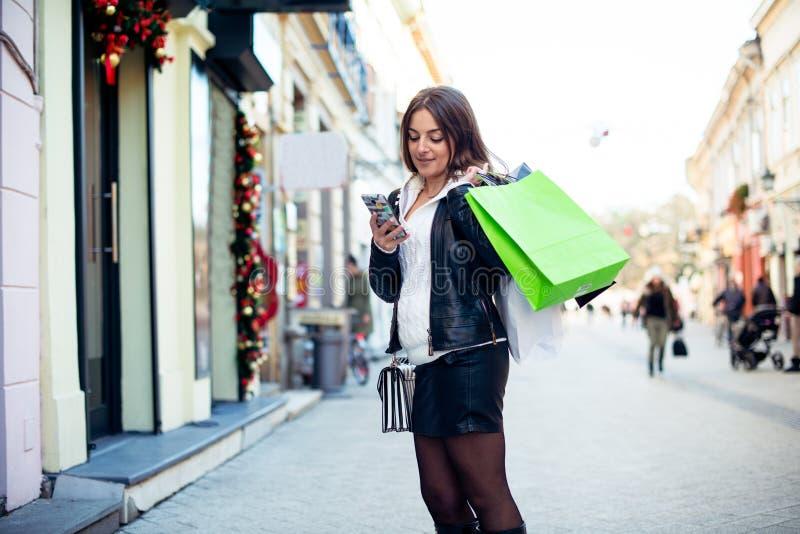Kobiety wysylanie sms po robić zakupy zdjęcie stock