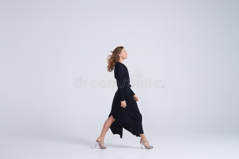 Kobiety wzorcowy odprowadzenie w trendu czerni sukni zdjęcie royalty free