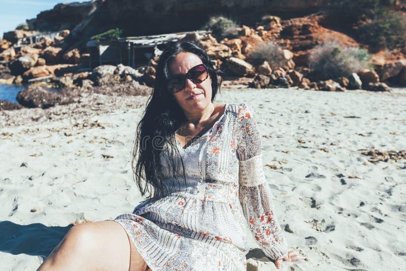 Kobiety wzorowanie na Formentera plaży zdjęcie stock