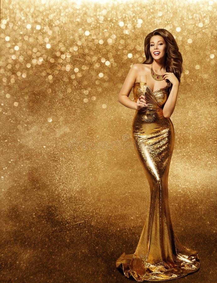 Kobiety złota suknia, moda model, szampan w Długiej Złotej todze zdjęcie stock