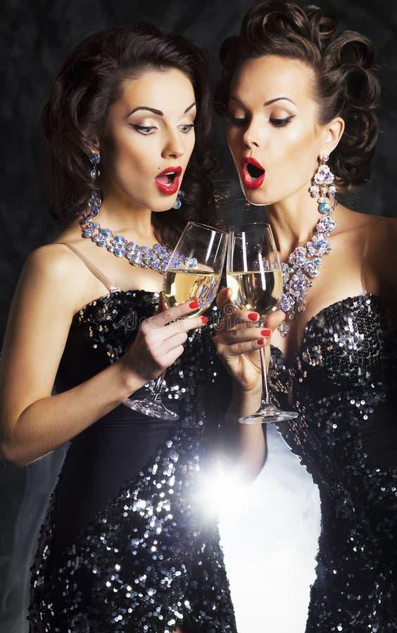 Kobiety z boże narodzenie szampańskimi śpiewackimi piosenkami fotografia royalty free
