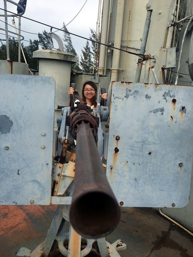 Kobiety z marynarki wojennej bitwy statku pistoletem obraz stock