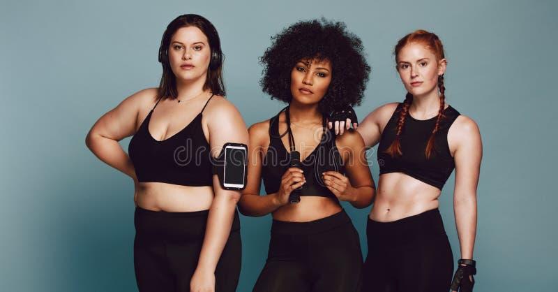 Kobiety z różnymi ciężarami w sportswear zdjęcia stock