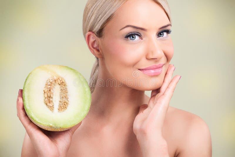 Kobiety z zdrowymi skór dzięki melony obrazy stock