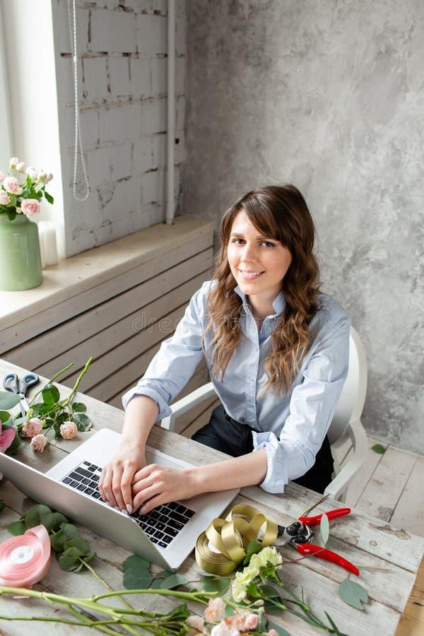 Kobiety zawartości i blogger twórcy Kwiecisty i zdjęcie stock