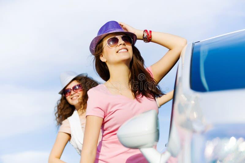Kobiety zbliżają samochód zdjęcia stock