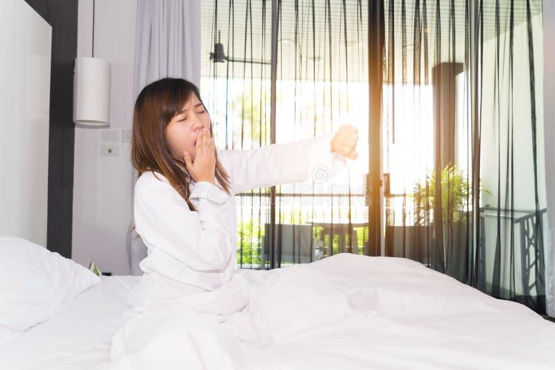 Kobiety ziewanie i rozciąganie podczas gdy budzący się up w ranku obraz stock