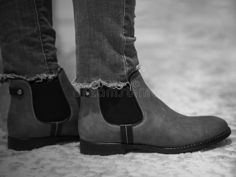 Kobiety zimy buty i cajgi spodniowi w czarny i biały obrazy royalty free
