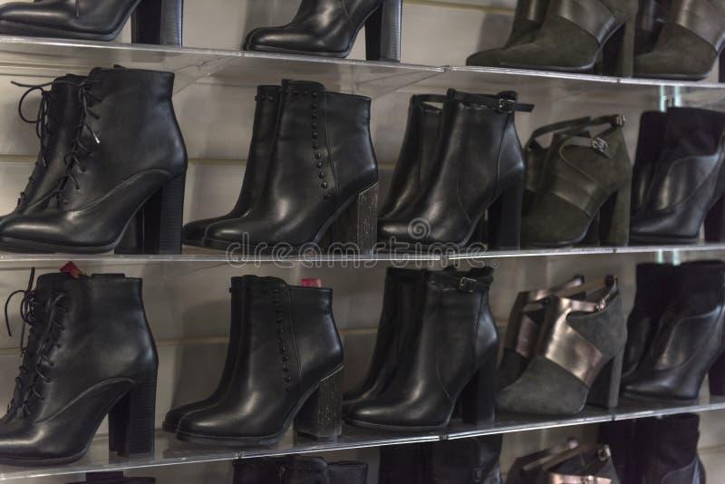 Kobiety zimy i jesieni butów sklep zdjęcie royalty free