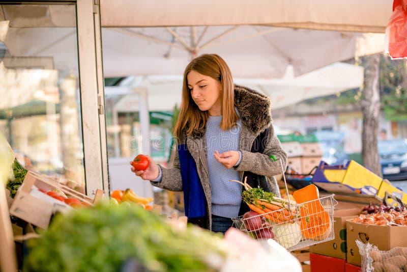 Kobiety zrywania warzywa przy średniorolnym ` s wprowadzać na rynek zdjęcia royalty free