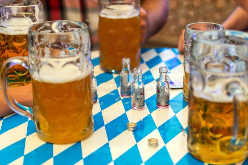 Koblenz Alemanha -26 09 Close-up 2018 de vidros de cerveja bávaros cerveja do bitburger de 1 litro no decoation da tabela em Octo fotos de stock