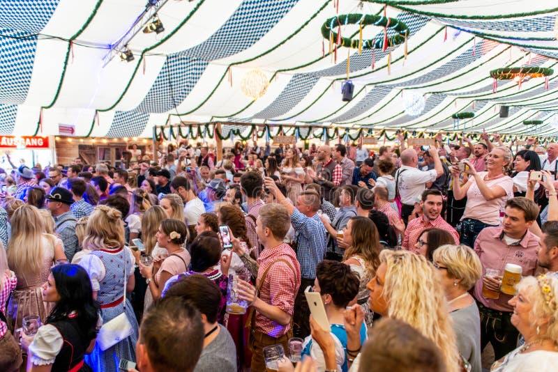 Koblenz Duitsland -26 09 2018 mensenpartij in Oktoberfest in Europa tijdens een de tentscène van het overleg Typische bier royalty-vrije stock afbeeldingen