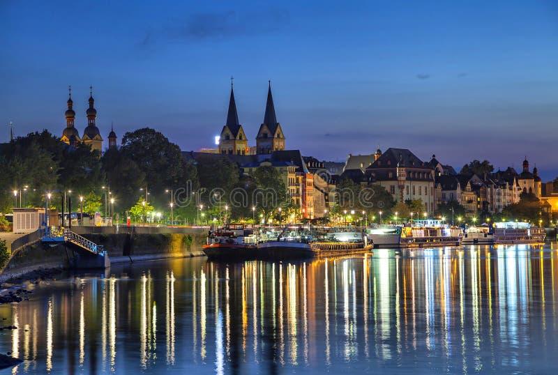 Koblenz linia horyzontu odbija w rzecznym Moselle obrazy royalty free