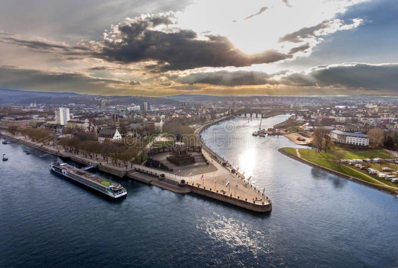 Koblenz miasta Niemcy niemiec historyczny pomnikowy kąt dokąd rzeki Rhine wpólnie i mosele przepływ na słonecznym dniu zdjęcie royalty free