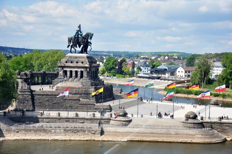 Koblenz stadsTyskland 03 05 flödar tyska hörnfloder rhine för monumentet 2011historic och mosele tillsammans på en solig dag arkivfoton