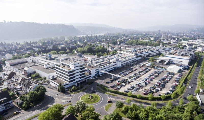 Koblenz Tyskland 09 07 2017 flyg- sikt av den Stabilus högkvarteret och fabriken i Koblenz kan du också se fabriksbyggnader royaltyfri foto