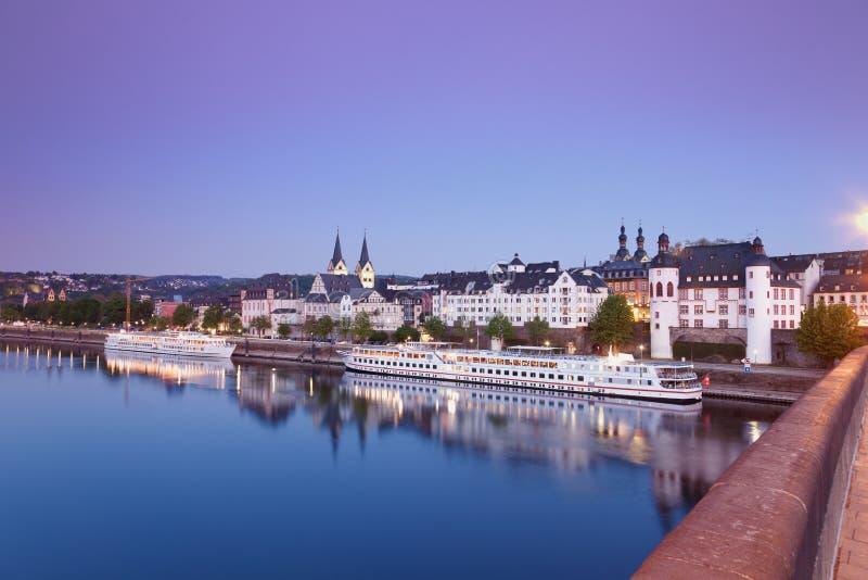 Koblenz, vista da ponte de Balduin da cidade velha com igrejas fotos de stock royalty free
