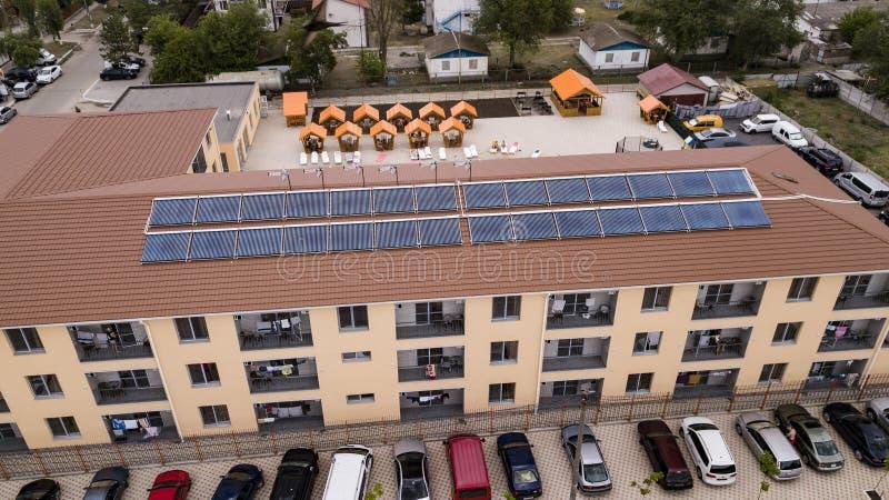 KOBLEVO UKRAINA, LIPIEC, - 2019: słoneczni wodni nagrzewacze na dachu budynek zdjęcie royalty free
