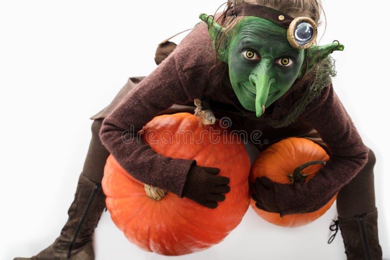 Kobold mit Kürbisen, Halloween-Kostüm stockbilder