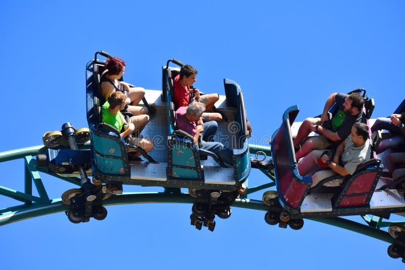 Kobra ist Achterbahn kennzeichnet einen bedrohlichen 30.000-Pfund-Schlangenkönig und einen 70-Fuß-vertikalen Aufzug lizenzfreies stockfoto