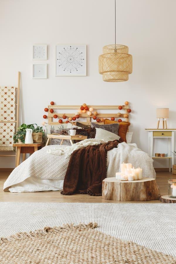 Koc rzucać na łóżku obrazy royalty free