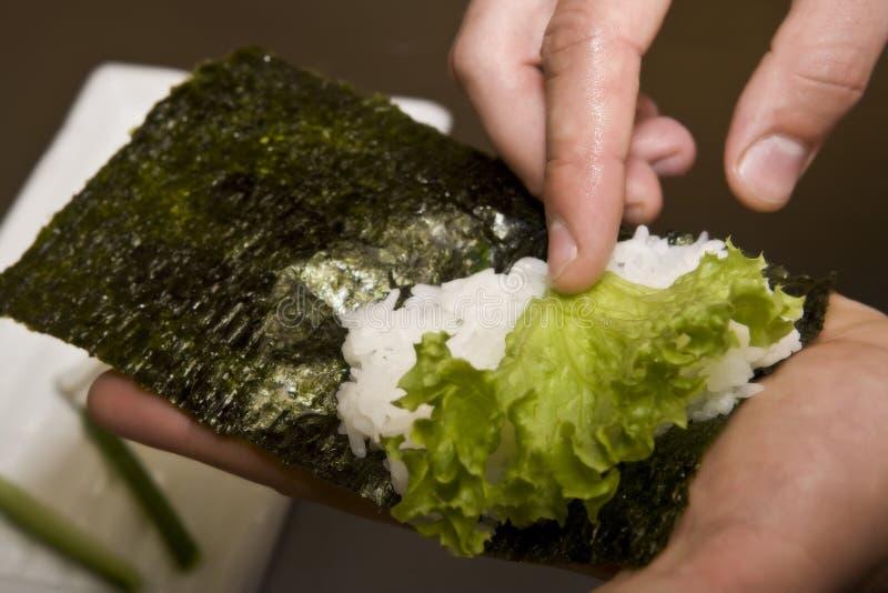 Koch auf Küche bereitet japanisches susi vor lizenzfreie stockfotografie