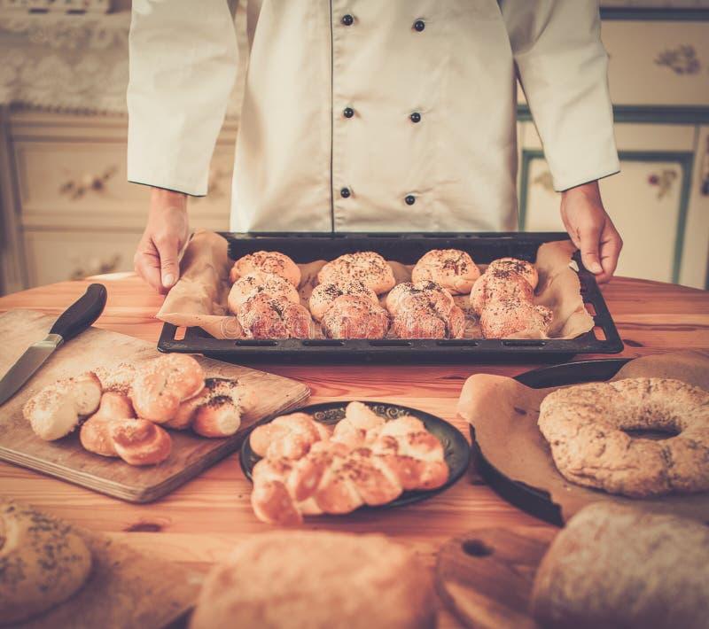 Koch, der selbst gemachte Backwaren hält lizenzfreies stockbild