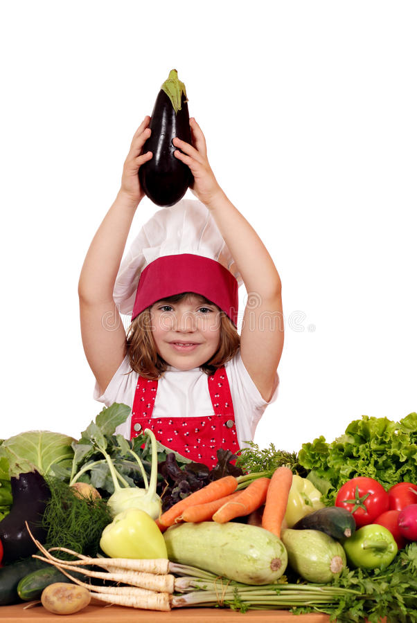 Koch des kleinen Mädchens, der Aubergine hält stockfotos