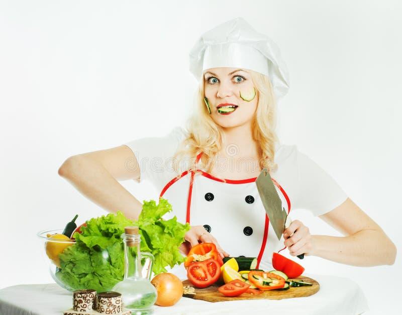 Koch mit Gemüse lizenzfreie stockfotografie