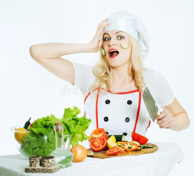 Koch mit Gemüse lizenzfreie stockbilder