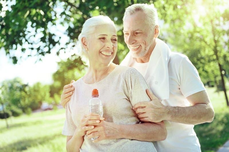 Kochać starzejącego się mężczyzna ściska jego żony fotografia royalty free