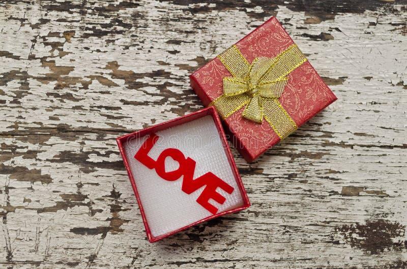 Kocha abecadło w prezenta pudełku na grunge drewna tle obrazy royalty free
