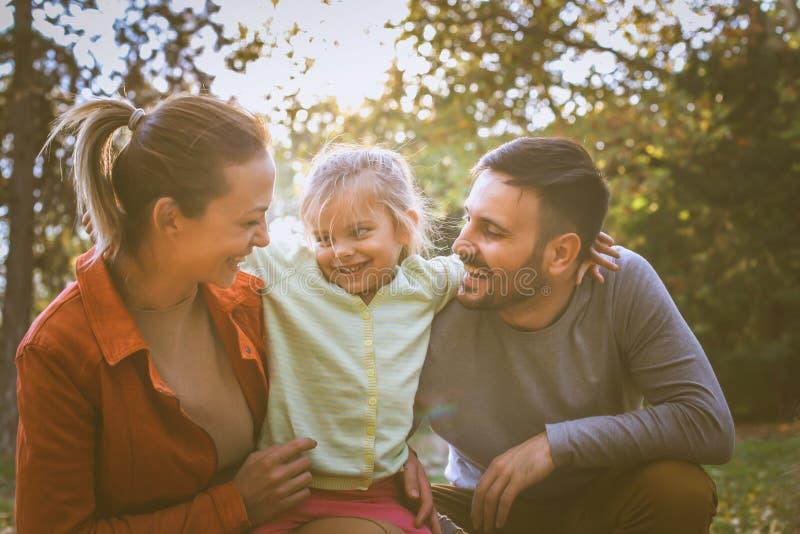 Kocha ciebie mama i tata Mała dziewczynka z rodzicem zdjęcia royalty free