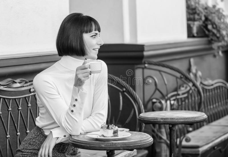 Kocha cukierki Kobiety atrakcyjna elegancka brunetka je smakosz kawiarni tarasu tortowego t?o Przyjemny czas i obraz stock