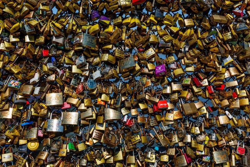 Kocha kłódki przy Pont des sztukami w Paryż, Francja obrazy stock