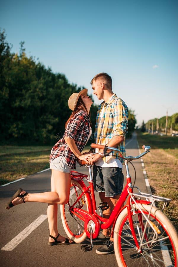 Kocha pary z rocznika rowerowym odprowadzeniem w parku obraz stock